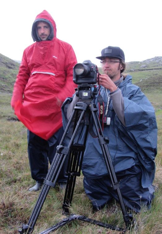 Marc, sa caméra et son parapluie rouge.